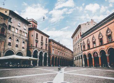 Zobacz arkady i dwie wieże w Bolonii oraz wzgórza San Marino – Loty z Katowic do Bolonii za 132 PLN!