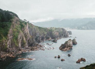 Odkryj Kraj Basków, pełen tajemniczych zamków, skalnych klifów i winnic – Loty z polskich miast do Bilbao od 429 PLN!