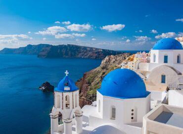 Majówka na wyspie zakochanych – Loty z Krakowa na Santorini, auto i siedem nocy w pokoju wykutym w skale za 1376 PLN!