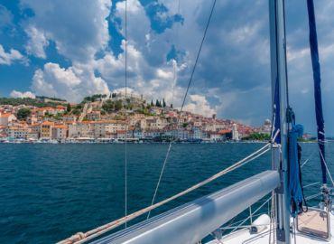 Zakochaj się w usianym wyspami wybrzeżu Chorwacji – LOTy z Warszawy i tygodniowy rejs po Adriatyku tylko 3477 PLN!
