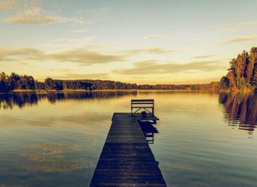 Przedłuż sobie wakacje weekendem na Mazurach – Loty z Krakowa i trzy noce w domku nad jeziorem za 386 PLN