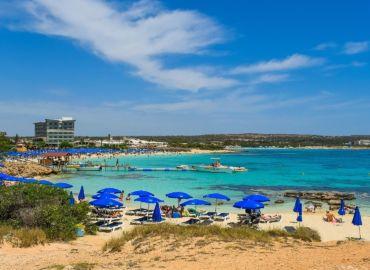 Zrelaksuj się na słonecznych plażach w Ayia Napa, imprezowej stolicy Cypru – Loty z Gdańska, samochód i apartament na 11 dni tylko 739 PLN (665 PLN z WDC)